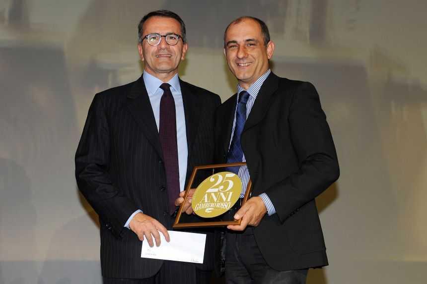 Carlo D'Amato premiato dal presidente del Gambero Rosso Paolo Cuccia per i 25 anni del Gambero Rosso