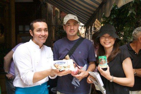 La pizza ai Pomodorini di Corbara da Gino Sorbillo. Turisti felici e sazi...